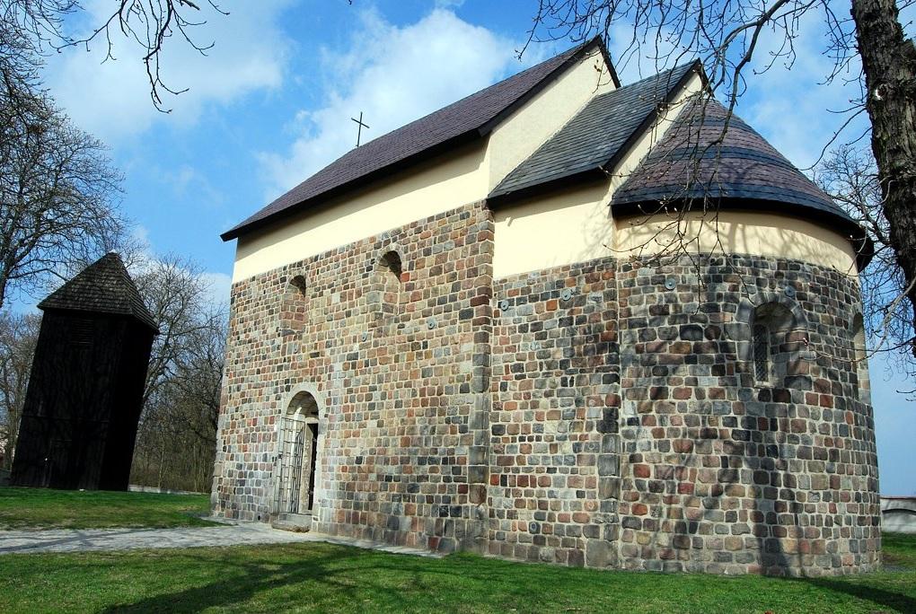 Kościól w Gieczu wzniesiony z kostki granitowej, styl romański.
