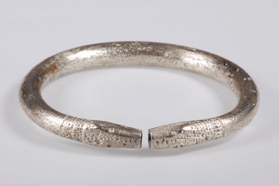 Srerbna lśniąca bransoleta z Giecza